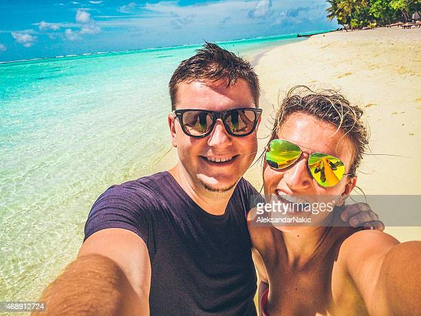 Selfie d'un couple dans le paradis tropical