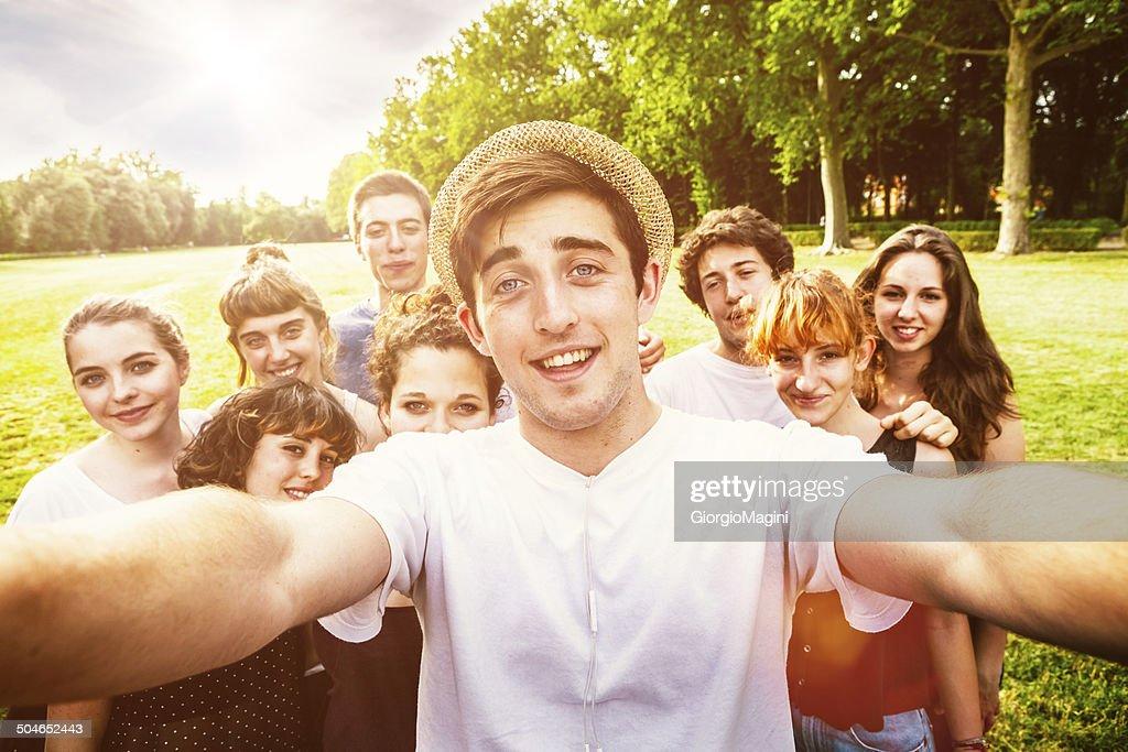 Mungkin akan lebih mudah di pahami; kumpulan manusia sedang melakukan foto we-fi bersama. Namun ini lah prinsip dasarnya!