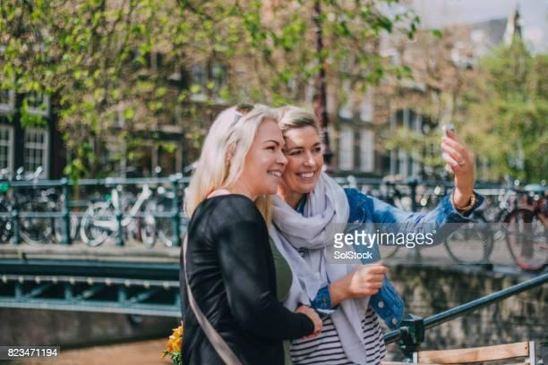 Selfie met haar vriend door het kanaal