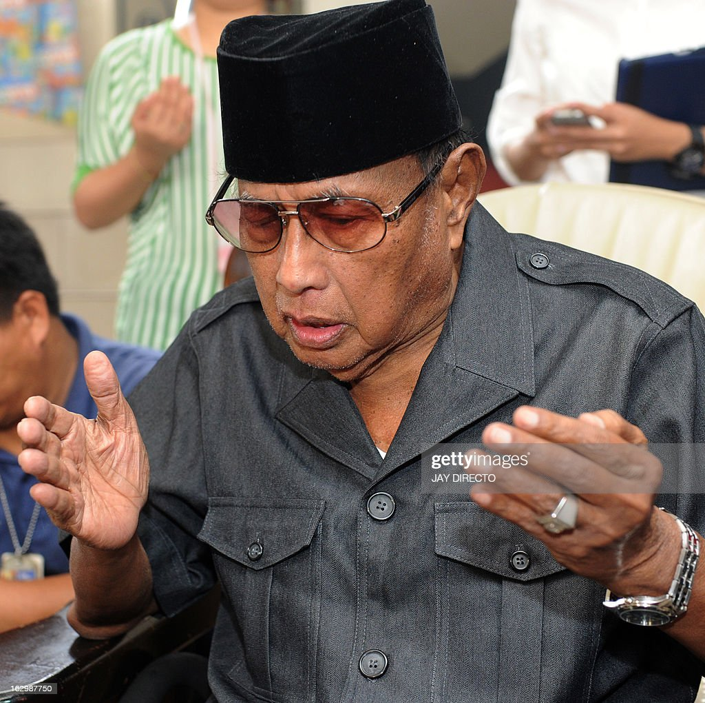 Self-proclaimed leader of the Sultanate of Sulu Jamalul Kiram III prays at his home in Manila on March 3, 2013. Meanwhile, five Malaysian policemen died in a fresh clash with gunmen as violence linked to a deadly stand-off with Filipino intruders spread to another area of Borneo island, police said on March 3. AFP PHOTO / Jay DIRECTO