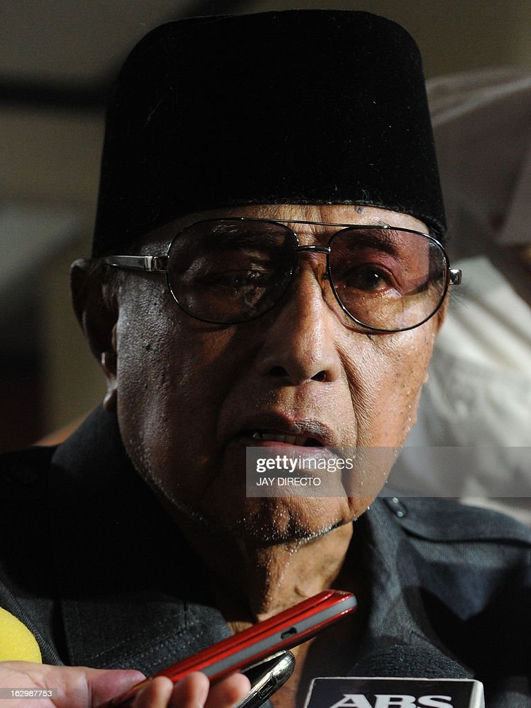 Self-proclaimed leader of the Sultanate of Sulu Jamalul Kiram III talks to reporters at his home in Manila on March 3, 2013. Meanwhile, five Malaysian policemen died in a fresh clash with gunmen as violence linked to a deadly stand-off with Filipino intruders spread to another area of Borneo island, police said on March 3. AFP PHOTO / Jay DIRECTO