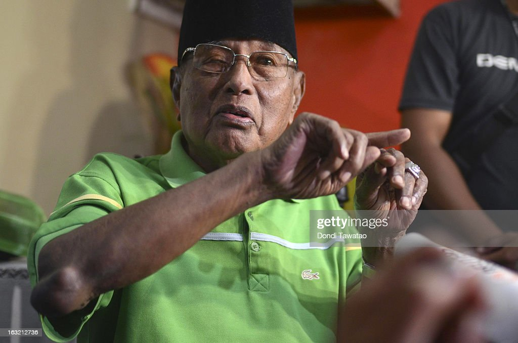 Self-proclaimed Sultan of Sulu Jamalul Kiram III gestures during a press conference at his house on March 6, 2013 in Taguig, Philippines. Fighting has broken out anew in the village of Lahad Datu, Sabah, Malaysia as Malaysian security forces comb the coastal areas where the 'Royal Sultanate Army of Sulu' was thought to have been hiding. Around 200 armed followers of Kiram in the restive southern provinces of Sulu and Tawi-Tawi in Mindanao crossed over to neighboring Sabah last February 12 to lay claim to territory as ancestral land, triggering clashes with Malaysian security forces. Philippine diplomatic officials confirmed yesterday that security forces in Malaysia have conducted airstrikes and ground assault on the 'royal army' of the Sultanate of Sulu in Lahad Datu, Sabah. A total of 17 followers of self-proclaimed Sultan of Sulu Jamalul Kiram III and eight Malaysian security forces were killed in the villages of Lahad Datu and Semporna in Sabah.