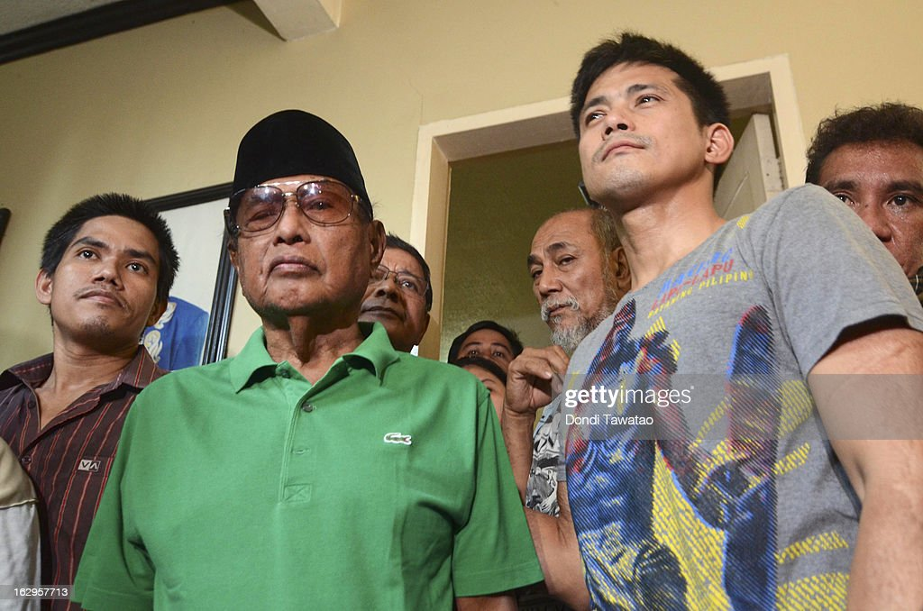Self-proclaimed Sulu Sultan Jamalul Kiram III (2L) is flanked by his followers including Filipino action star and Muslim convert Robin Padilla (R) at a press conference at the Kiram residence on March 2, 2013 in Manila, Philippines. President Benigno Aquino III has urged followers of Jamalul Kiram III to surrender and come out of hiding in the village of Lahad Datu, Sabah. Malaysian Prime Minister Najib Razak has warned he will take action against the group, which were involved in a shoot-out with Malaysian police that killed two Malaysian police commandos and left 12 followers of Kiram dead.