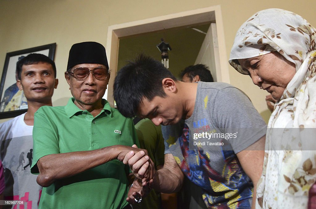 Self-proclaimed Sulu Sultan Jamalul Kiram III (2L) is greeted by Filipino action star and Muslim convert Robin Padilla (2R) and other followers at a press conference at the Kiram residence on March 2, 2013 in Manila, Philippines. President Benigno Aquino III has urged followers of Jamalul Kiram III to surrender and come out of hiding in the village of Lahad Datu, Sabah. Malaysian Prime Minister Najib Razak has warned he will take action against the group, which were involved in a shoot-out with Malaysian police that killed two Malaysian police commandos and left 12 followers of Kiram dead.