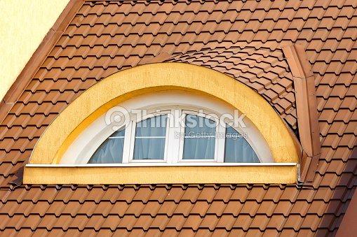 halbrunden gew lbten dachboden fenster im hintergrund von. Black Bedroom Furniture Sets. Home Design Ideas