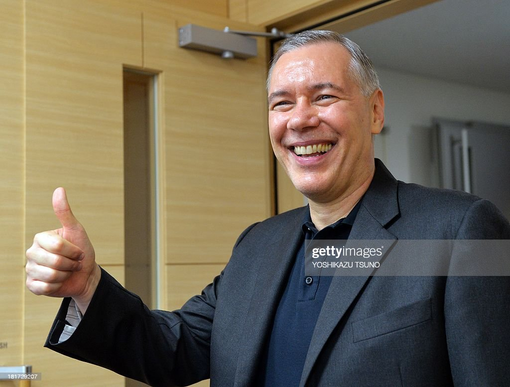 US semiconductor giant Applied Materials CEO Gary Dickerson gestures after he and Tokyo Electron chairman Tetsuro Higashi announced their agreement to merge next year at a press conference at the Tokyo Electron headquarters in Tokyo on September 24, 2013. Applied Materials and Tokyo Electron, US and Japanese makers of tools to produce semiconductors and displays, said they will merge to increase efficiency and to better meet changing customer demands. AFP PHOTO / Yoshikazu TSUNO