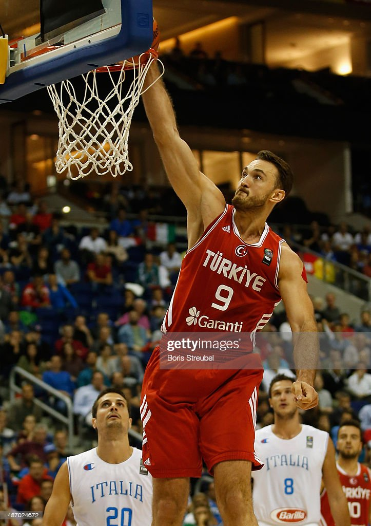 Semih Erden (C) of Turkey dunks the ball during the FIBA EuroBasket 2015 Group B basketball match between Italy and Turkey at Arena of EuroBasket 2015 on September 5, 2015 in Berlin, Germany.