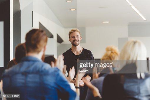 セミナーに、若い学生ギブの先生の授業