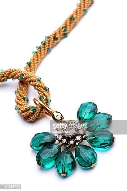 半貴石のグリーンの宝石と石英のペンダントにゴールドのストリング