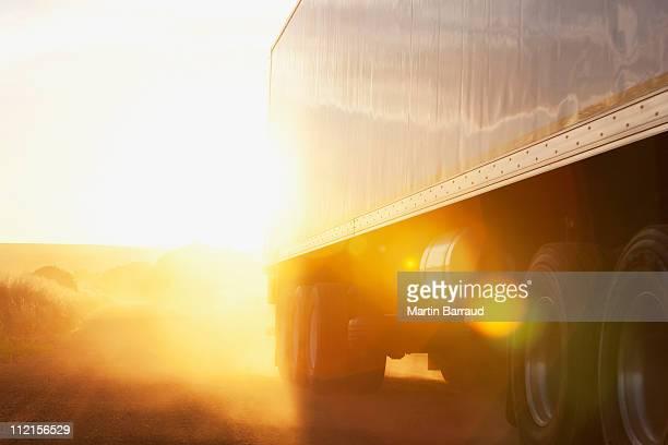 Semi-LKW-Fahren auf Schotterstrecke