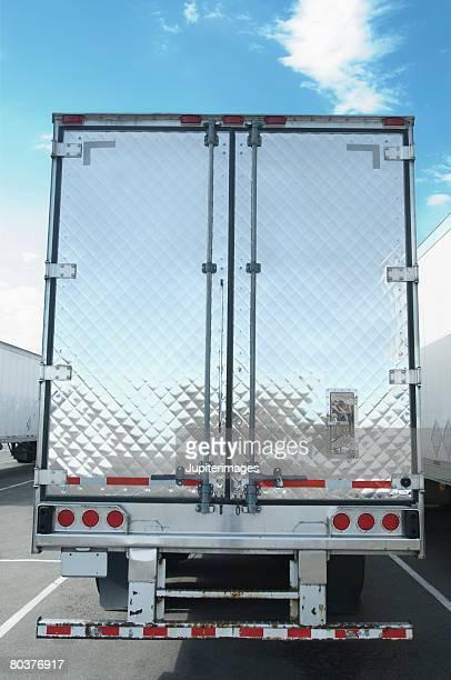 Semi-truck trailer