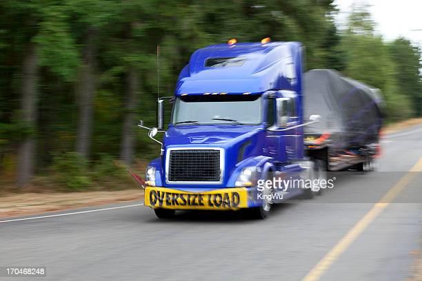 Semi-truck mit übergroßen geladen