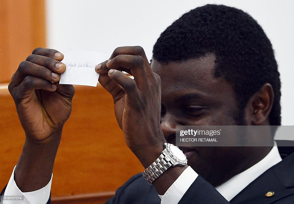 A senator counts votes during the ceremony to elect a provisional president by the National Assembly in the Haitian Parliament, Port-au-Prince, on February 14, 2016. Haitian lawmakers were set to elect an interim president to fill the power vacuum following the departure of Michel Martelly, after a vote to choose his replacement was postponed over fears of violence. / AFP / HECTOR RETAMAL