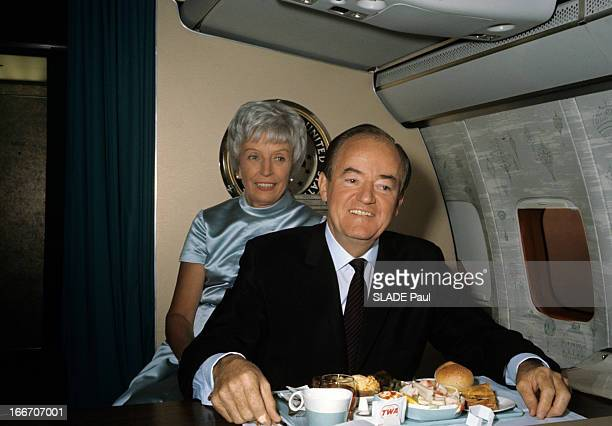 Senator Hubert Horatio Humphrey Candidate For The 1968 Presidential Election Aux EtatsUnis dans un avion le sénateur Hubert Horatio HUMPHREY en...