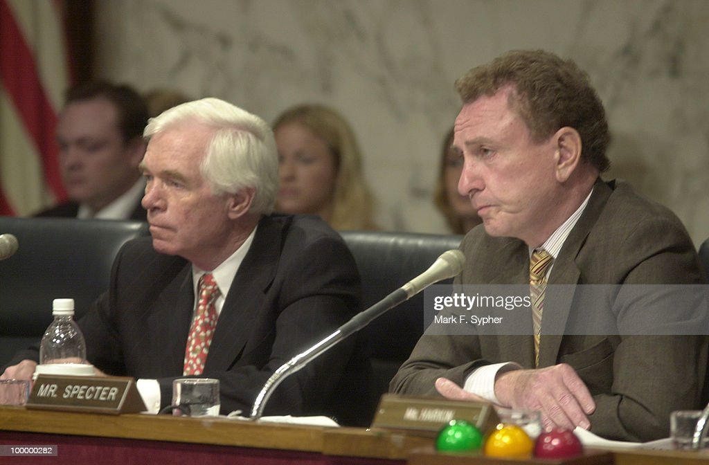 Senator Thad Cochran (R-MS), left, and Chairman Arlen Specter (R-PA) listen to testimony's concerning stem cell research.