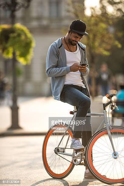 En envoyant un texte et vélo
