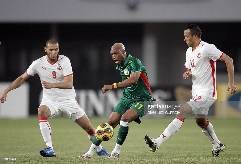 Senegal Forward El Adji Osseynou Diouf (C) breakes trough, 23 January 2008, Tunisian Forward Yasin Chikhaoui (L) and Tunisian midfielder Jaouher Mnari (R) during the 2008 African Cup of Nations match at Tamale Stadium in Tamale, Ghana.