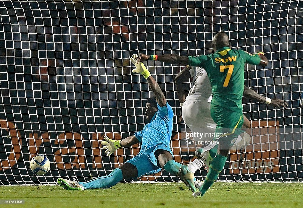 Senegal's forward <a gi-track='captionPersonalityLinkClicked' href=/galleries/search?phrase=Moussa+Sow&family=editorial&specificpeople=2336264 ng-click='$event.stopPropagation()'>Moussa Sow</a> (R) scores his team's second goal during the 2015 African Cup of Nations group C football match between Ghana and Senegal in Mongomo on January 19, 2015. AFP PHOTO / CARL DE SOUZA