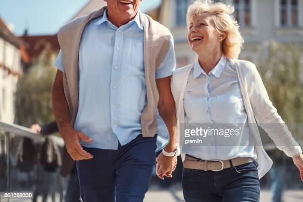 Senior pareja activa en el amor que se divierten en la calle