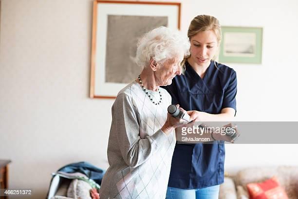 senior Erwachsenen zu Physiotherapie unterstützt durch Therapeuten