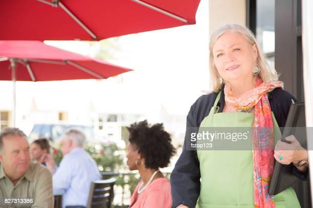 Senioren Erwachsene weibliche Unternehmer arbeiten im Café oder im Café.