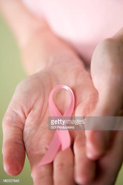 高齢者の女性を出力、乳がんサバイバーリボン