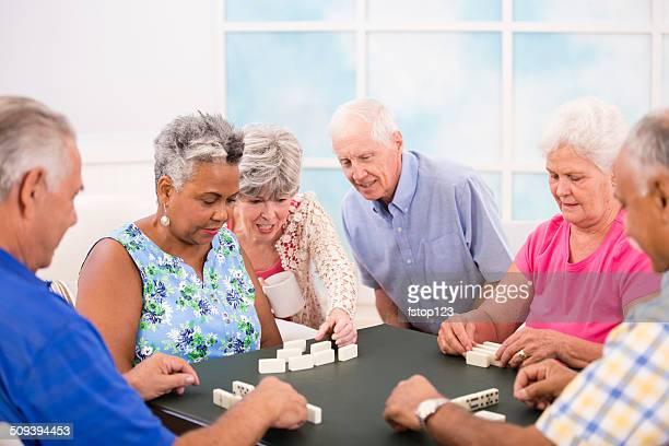 Senior Erwachsene Freunde spielen Domino spielten.  Hause oder community center Ambiente.