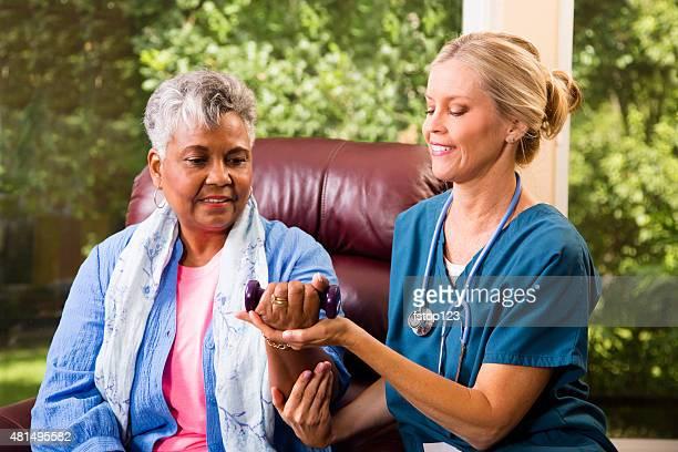 シニア大人の患者に在宅医療看護師ます。フィジカルセラピーです。