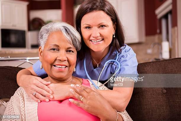 Senior Erwachsenen zu Hause healthcare Krankenschwester, fürsorgliche wie zu Hause fühlen.