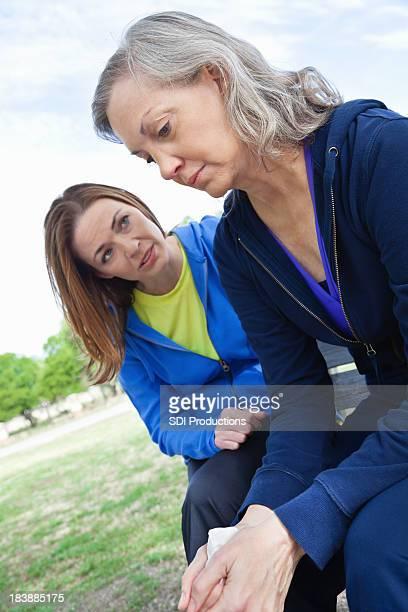 Senior Adulto mulher a receber apoio do suporte amigo