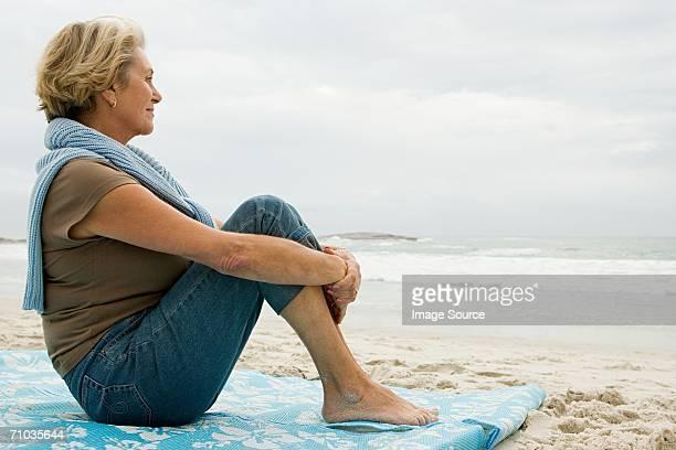 Senior Erwachsene Frau Sa am Strand
