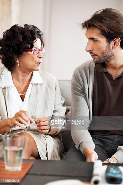 Senior Adulto mulher a falar com o seu filho.