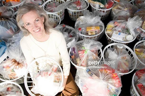 Senior adulte femme avec panier plein de produits d'épicerie