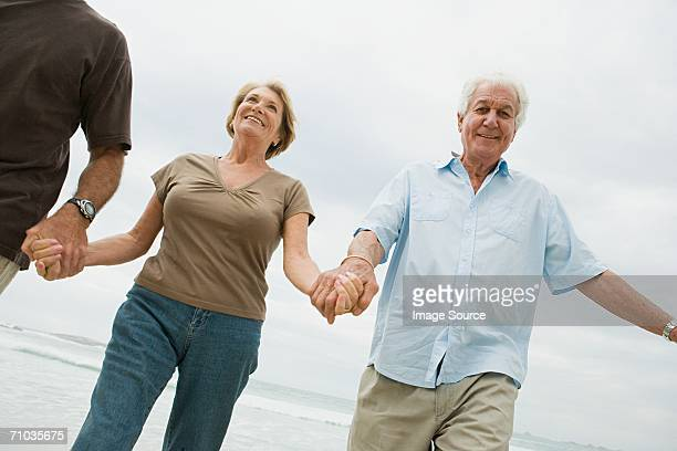 Senior adultos holding hands on the beach