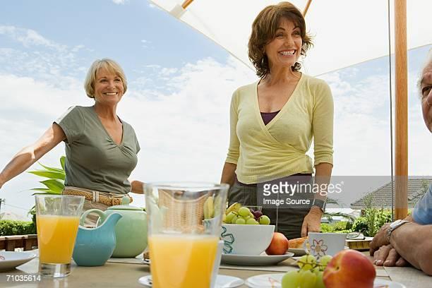 Senior adulti che serve la prima colazione