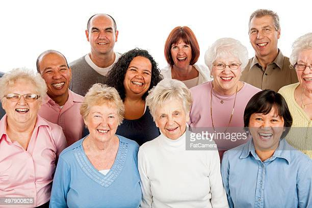 Senior adulti in piedi insieme