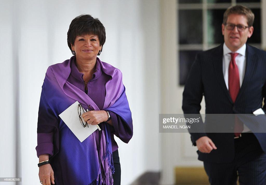 Senior advisor to the president Valerie Jarrett (L) and White House Press Secretary Jay Carney (R) walk through the Colonnade of the White House on January 28, 2014 in Washington, DC. AFP PHOTO/Mandel NGAN
