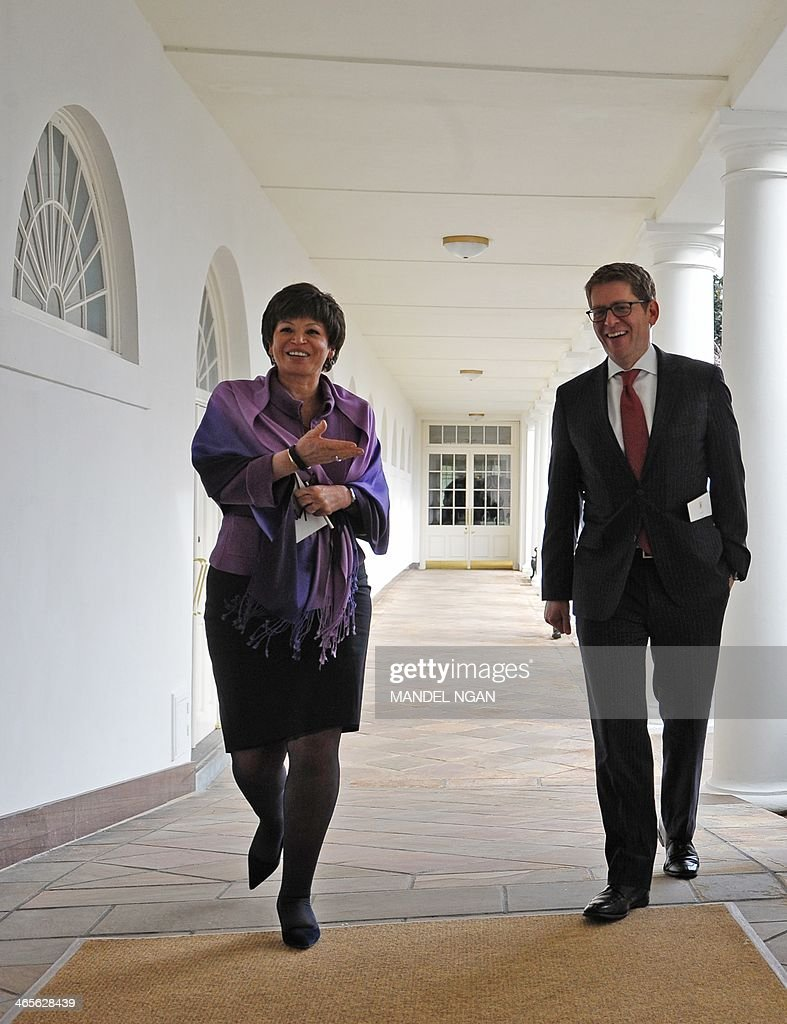 Senior advisor to the president Valerie Jarrett (L) and White House Press Secretary Jay Carney (R) walk through the Colonnade of the White House on January 28, 2014 in Washington, DC. AFP PHOTO/Mandel NGAN