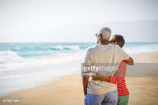 Senior coppia afro-americana sulla spiaggia Abbracciare