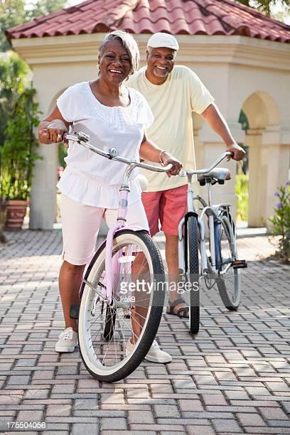 couple afro-américain Senior équitation vélos