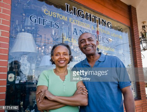 Senior African couple in front of business : Stockfoto
