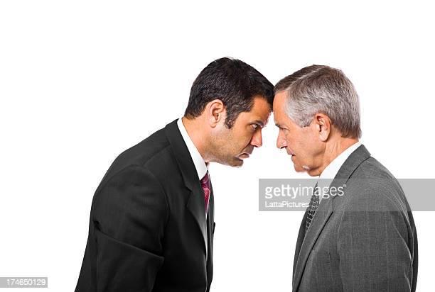 Senior und kompetente Geschäftsleute bumping heads
