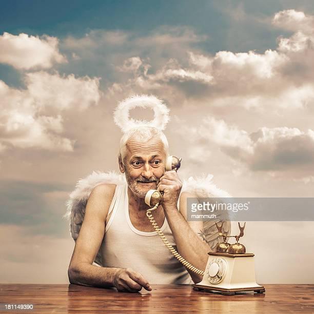 senior angel holding Telefonhörer