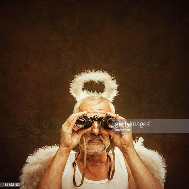 Ángel senior utilizando binocular