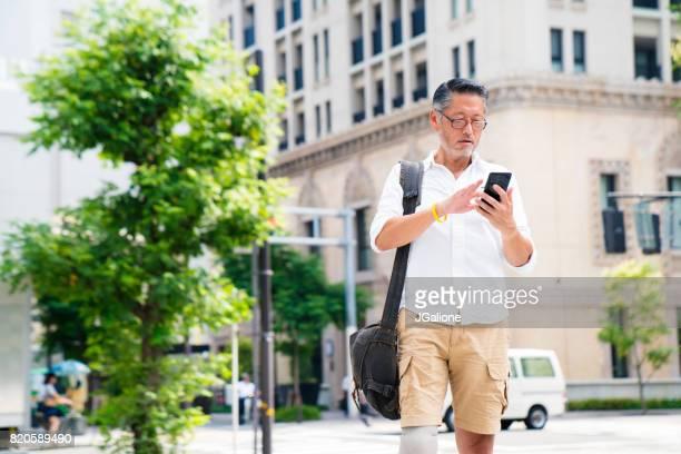 眼鏡をかけて彼の携帯電話をチェック上級アジア切断