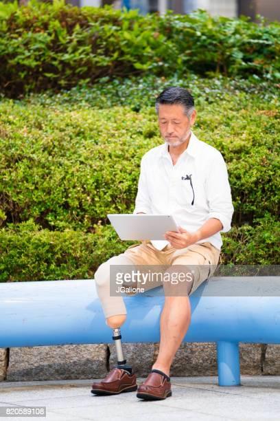 外で働く上級アジア切断