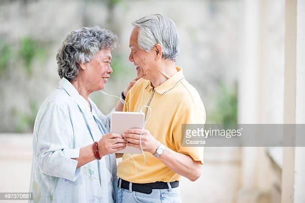 Senior Couple asiatique, écouter de la musique