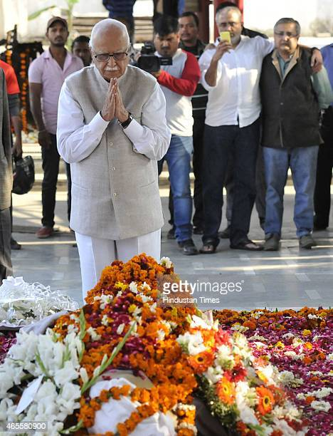 Senior BJP leader LK Advani paying his last tributes to Veteran journalist and author Vinod Mehta during his cremation at Lodhi Crematorium on March...