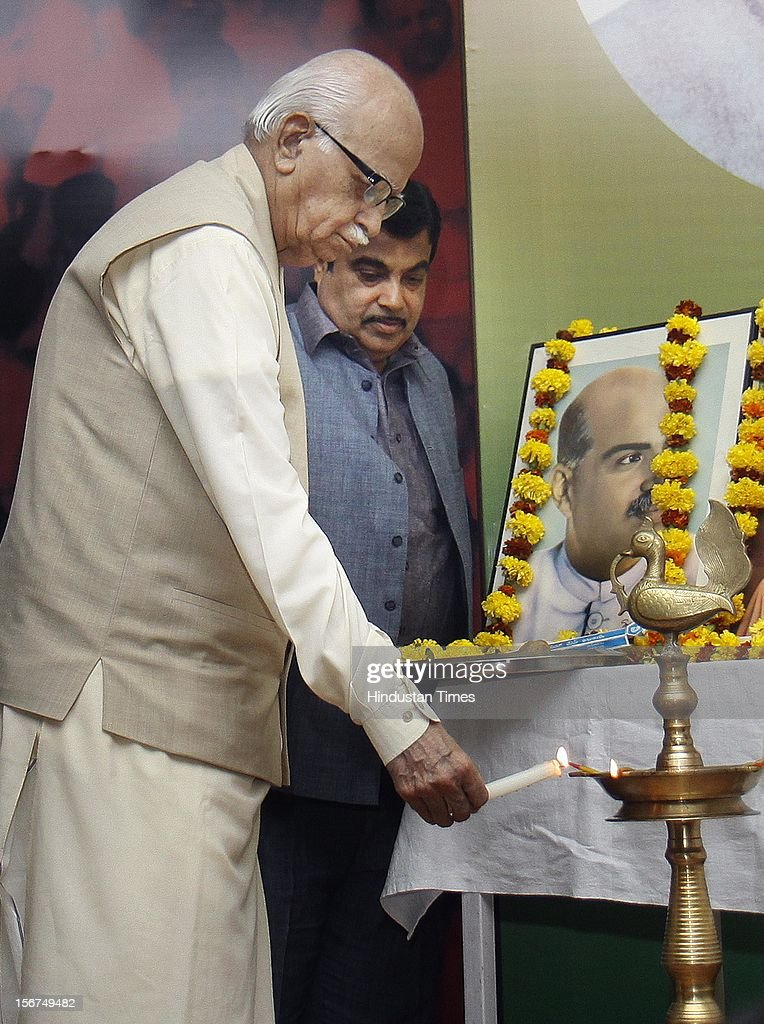 'NEW DELHI, INDIA- OCTOBER 20: Senior BJP leader LK Advani with party President Nitin Gadkari, S. Gurumurthi, Light the lamp Inaugurating a talk seminar on ''Globalisation and Indian Society'' organized by Swami Vivekananda Study Circle at Ashoka Road on October 20, 2012 in New Delhi, India. ( Photo By Sonu Mehta/Hindustan Times via Getty Images) '