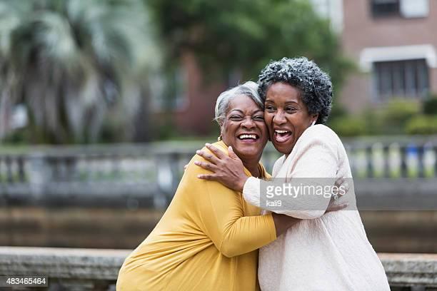Senior Schwarze Frau umarmen